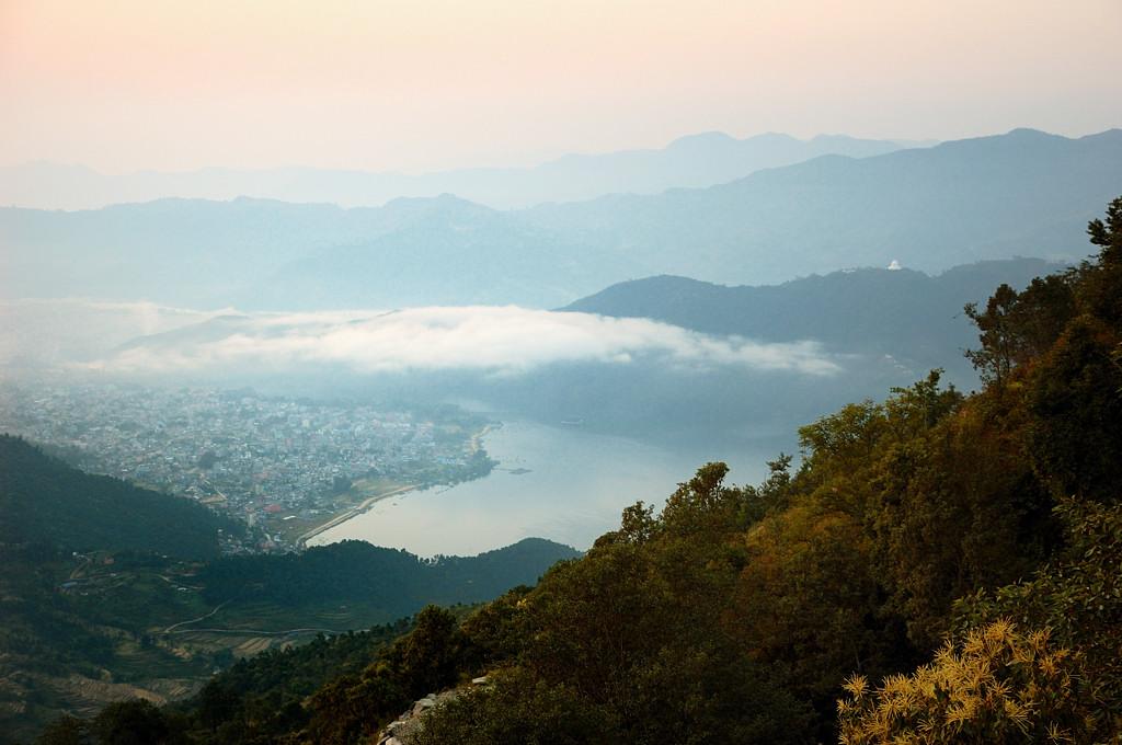 Вид на Покхару и озеро сверху