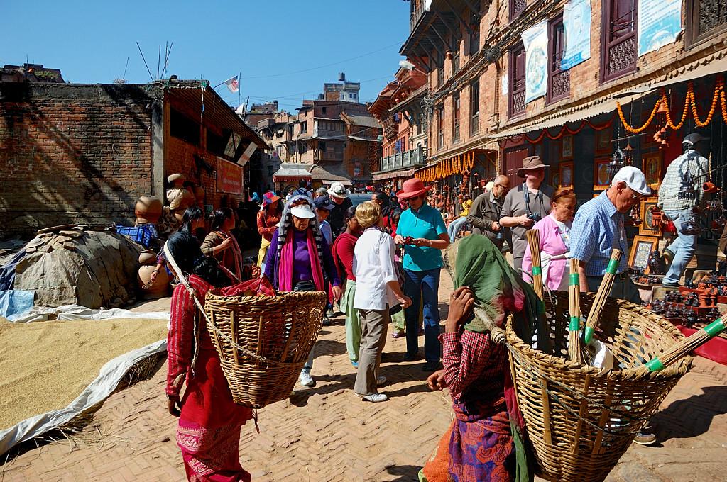Уличная торговля, иностранцы, бабушки-носильщицы. И опять зерно.