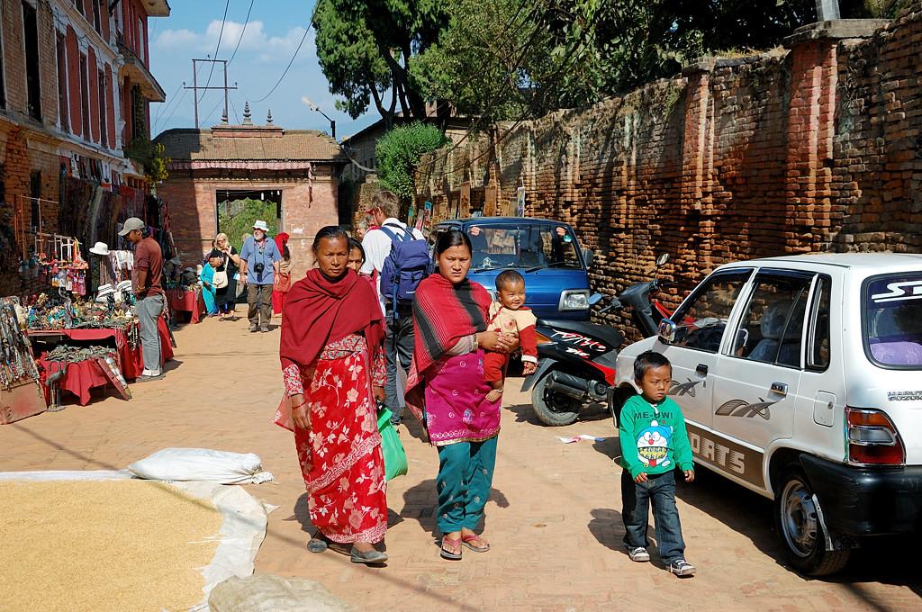 Местные жители на улице. Рядом опять сушат зерно