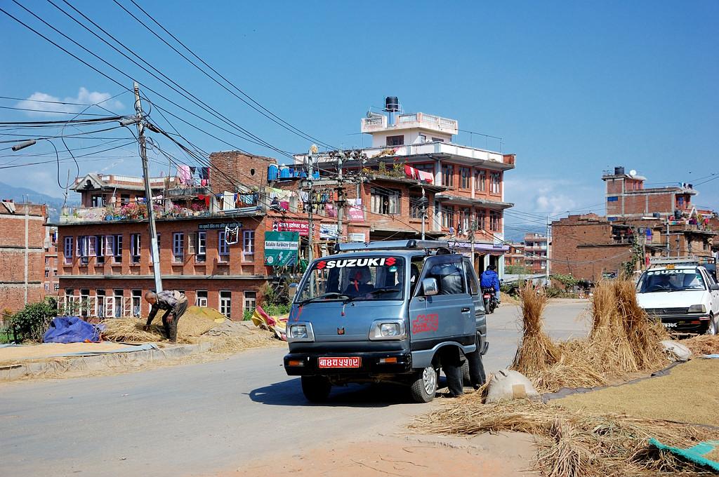 Вырвались из города на дорогу. Пора ехать обратно в Катманду!