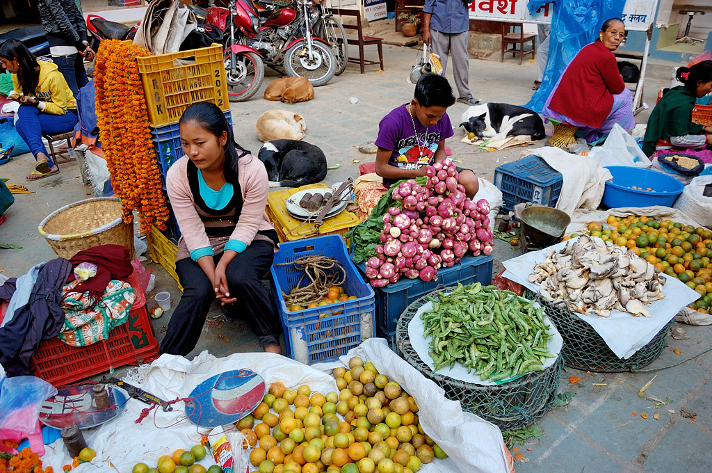 На уличном рынке в Катманду. Торгуют повсюду
