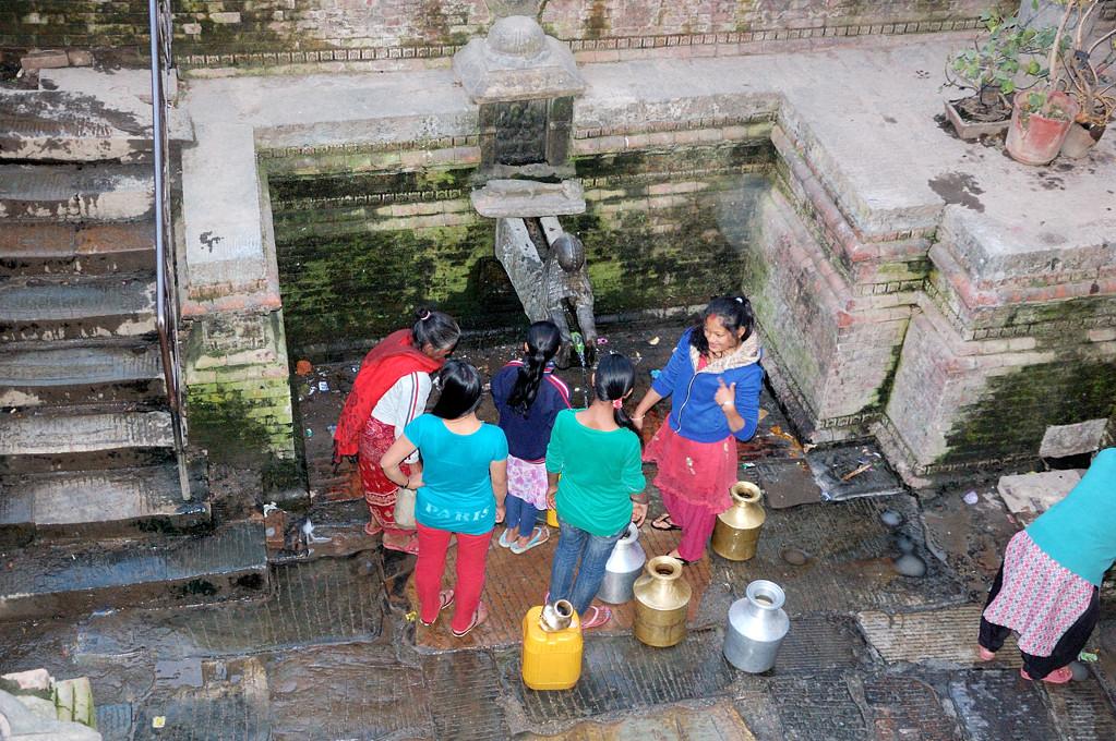 В непальские колодцы не ведро кидают, а сами спускаются