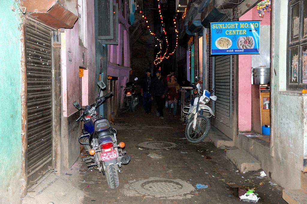 В переулке