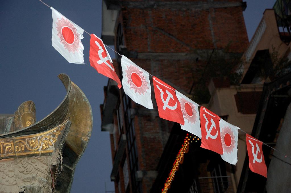 Коммунистические флаги на улицах