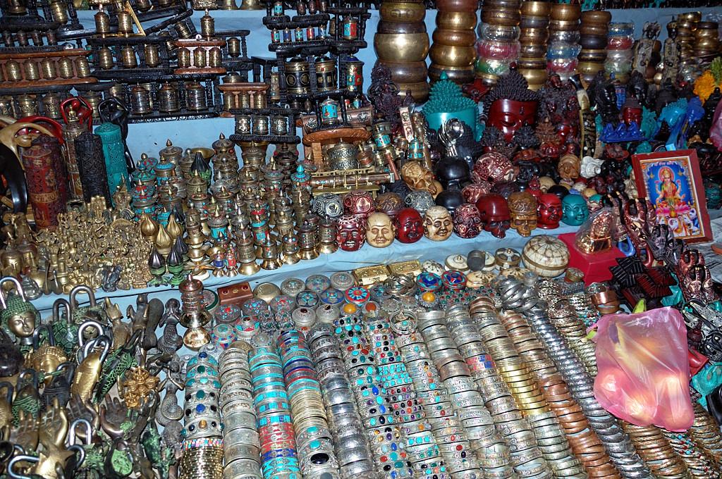 А вот так выглядит типичная сувенирная лавка в Катманду
