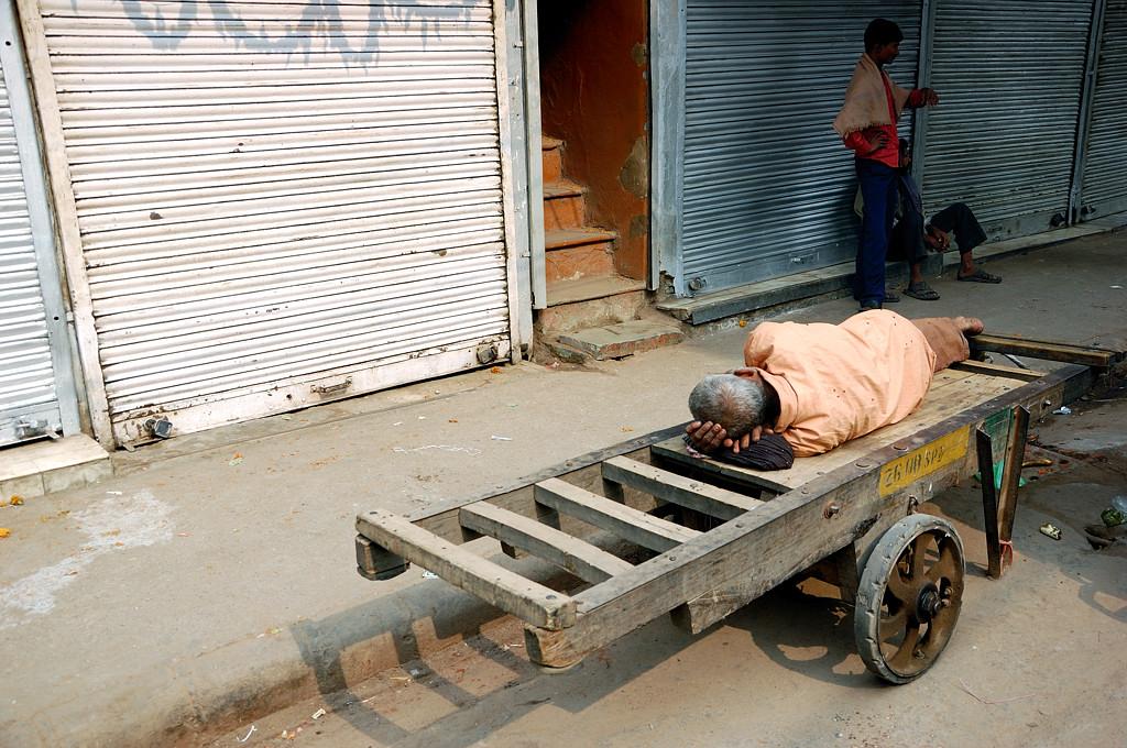 Местные отдыхают прямо на средстве транспорта
