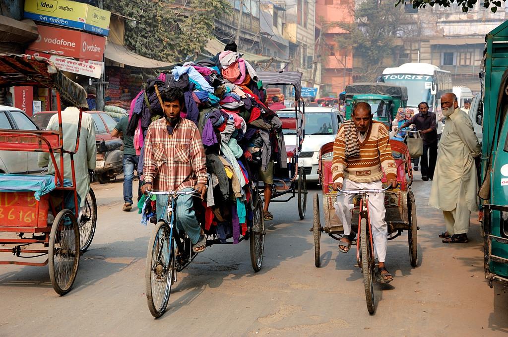 Как и в Дакке, на велосипеды здесь любят наваливать