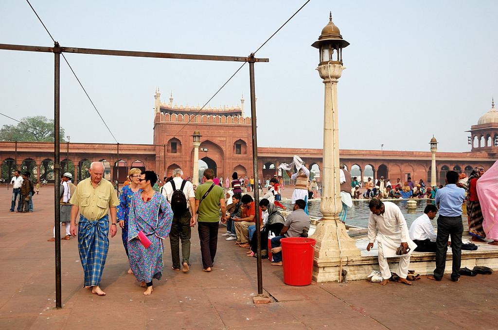 Народ ходит босиком, хотя тут не так чисто, как в мечети Куала-Лумпура