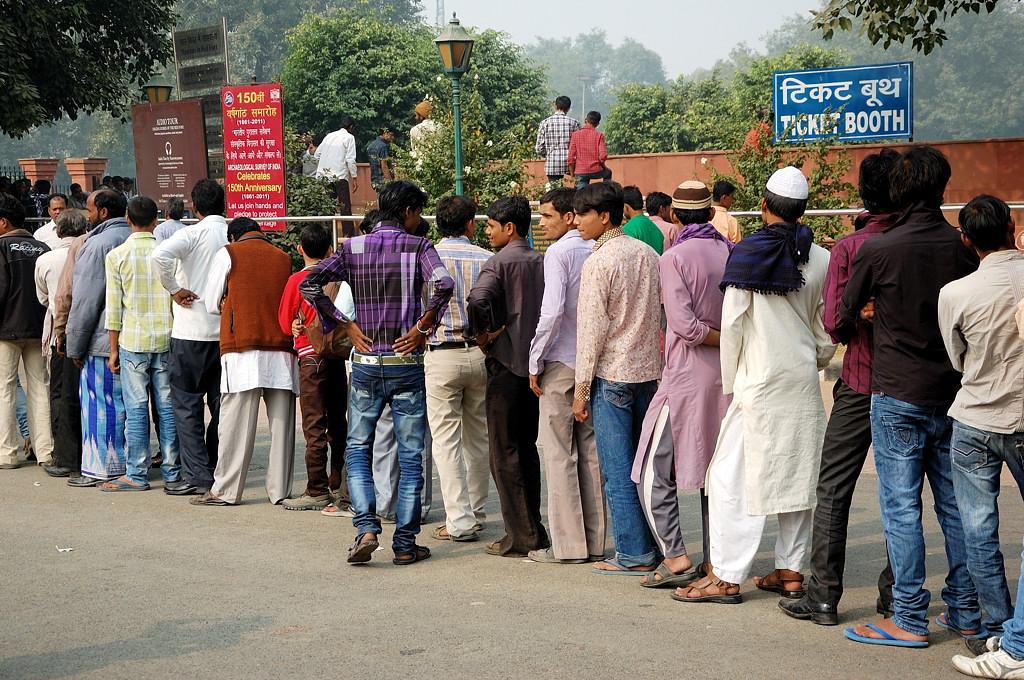 Индийцы стоят в огромную очередь. Я поначалу тоже встал