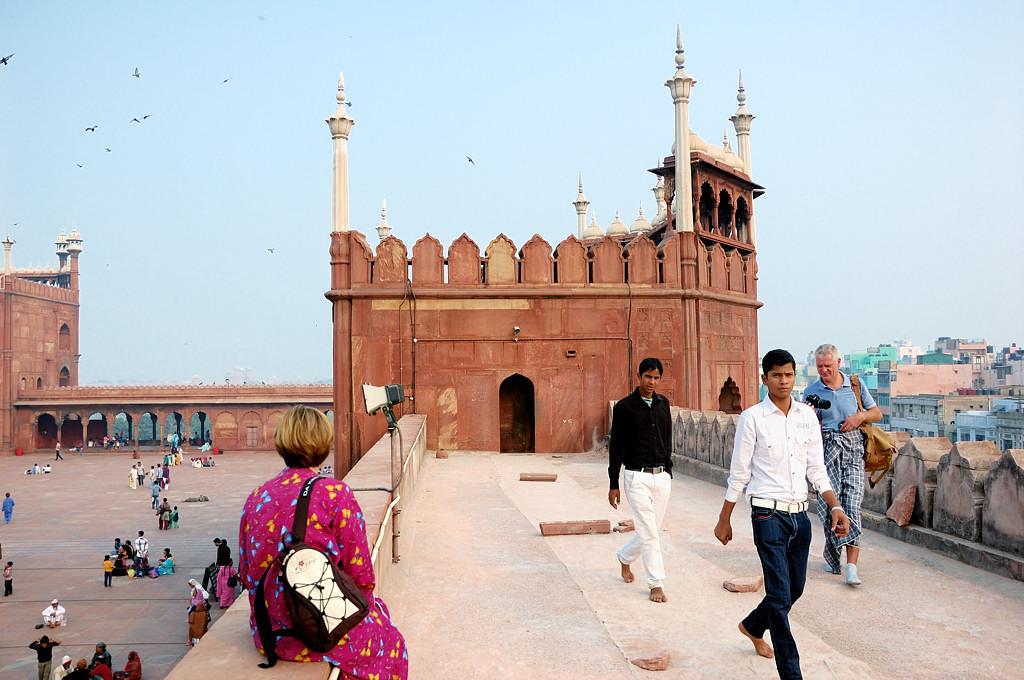 На стене мечети