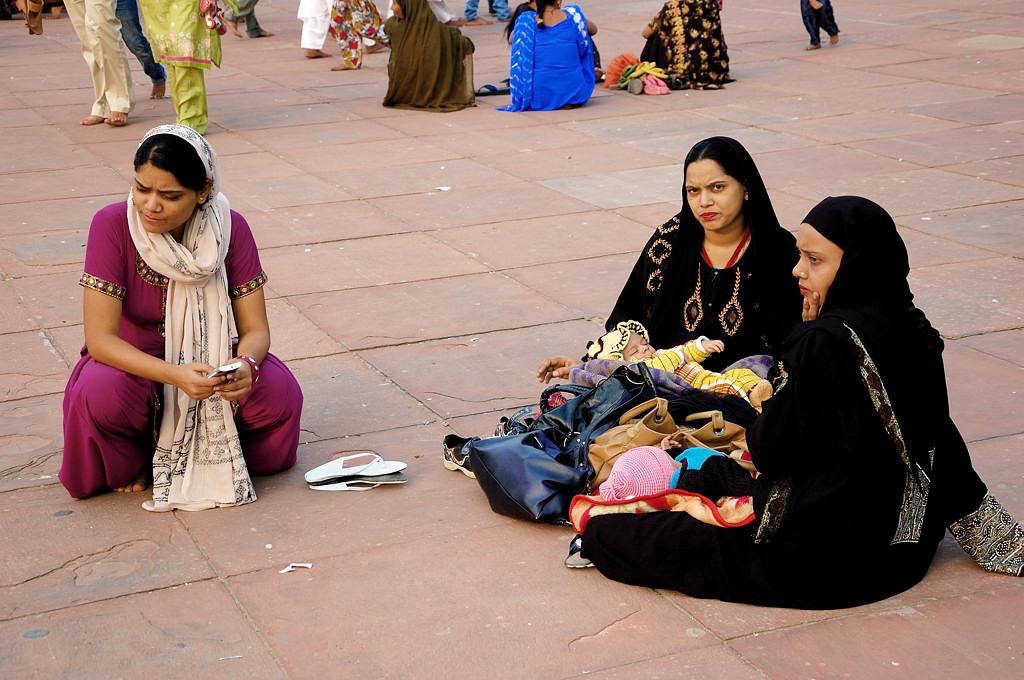 Женщины во дворе мечети