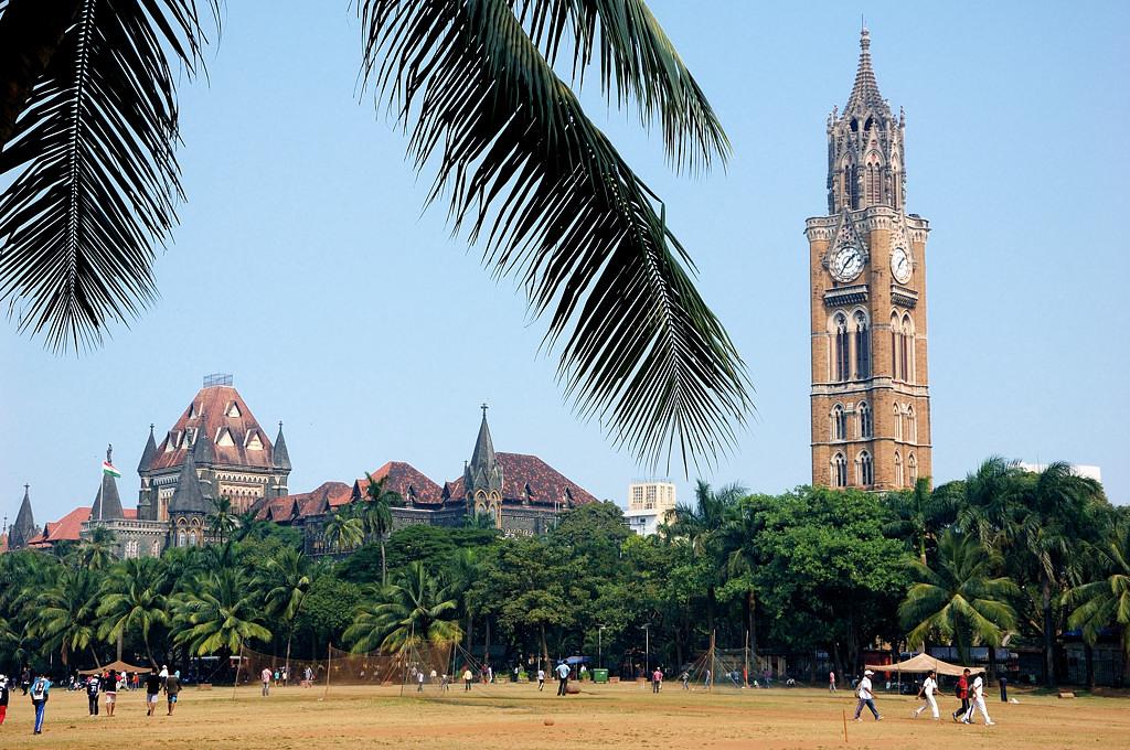 Здание Высокого Суда и башня Rajabai Tower на территории университетского кампуса