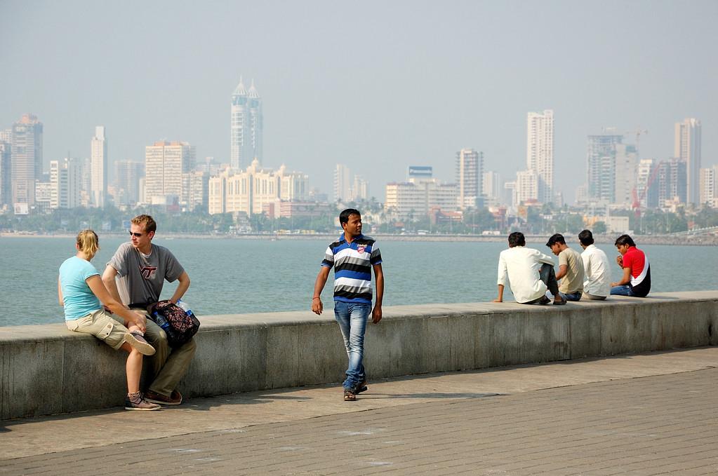 На набережной. Вдали видны небоскребы района Malabar Hill