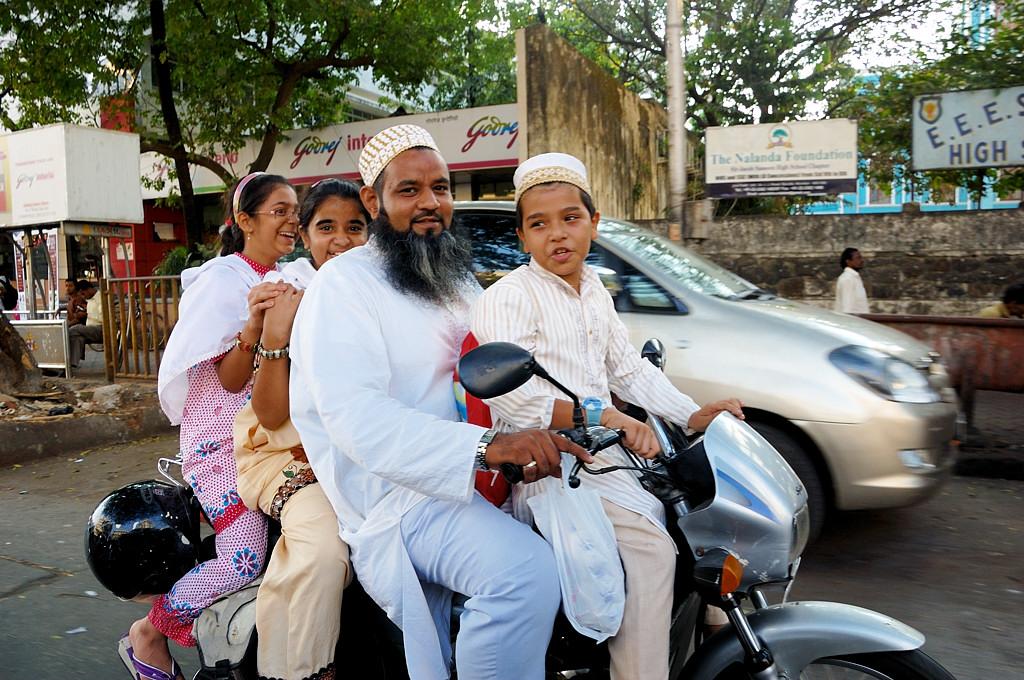 Семья на мотоцикле. В Индонезии мне четверых на мотоцикле не удавалось снять :)