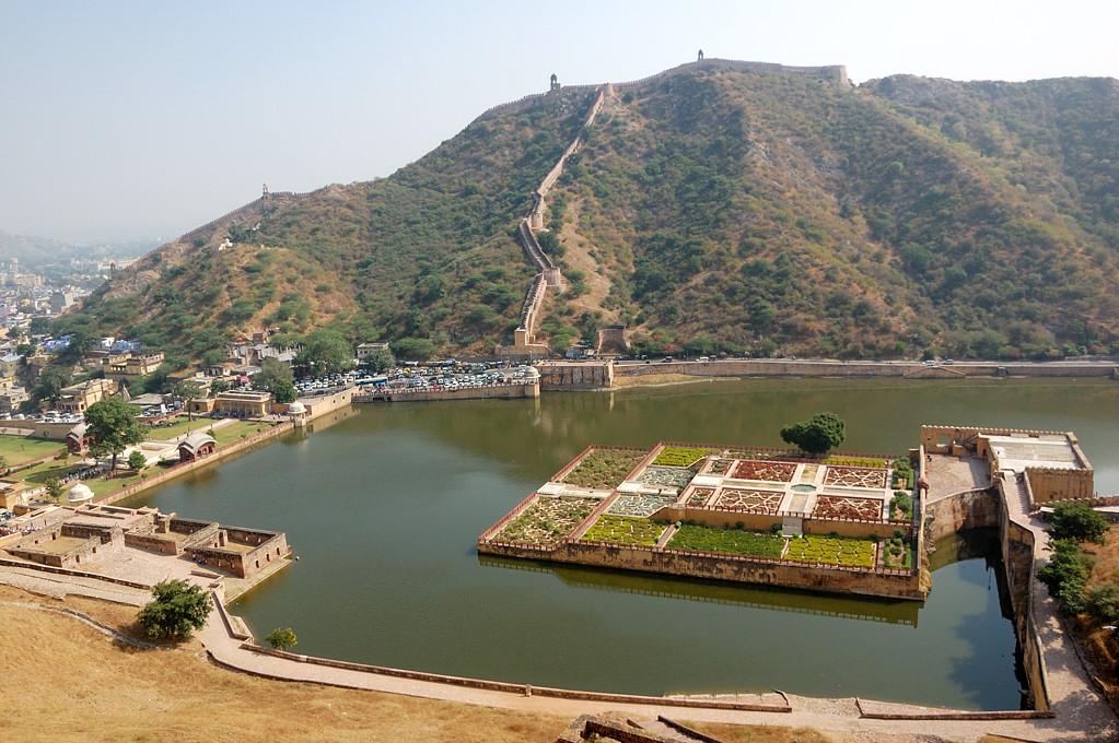 Форт Амер. Вид сверху на пруд и окружающие крепостные стены