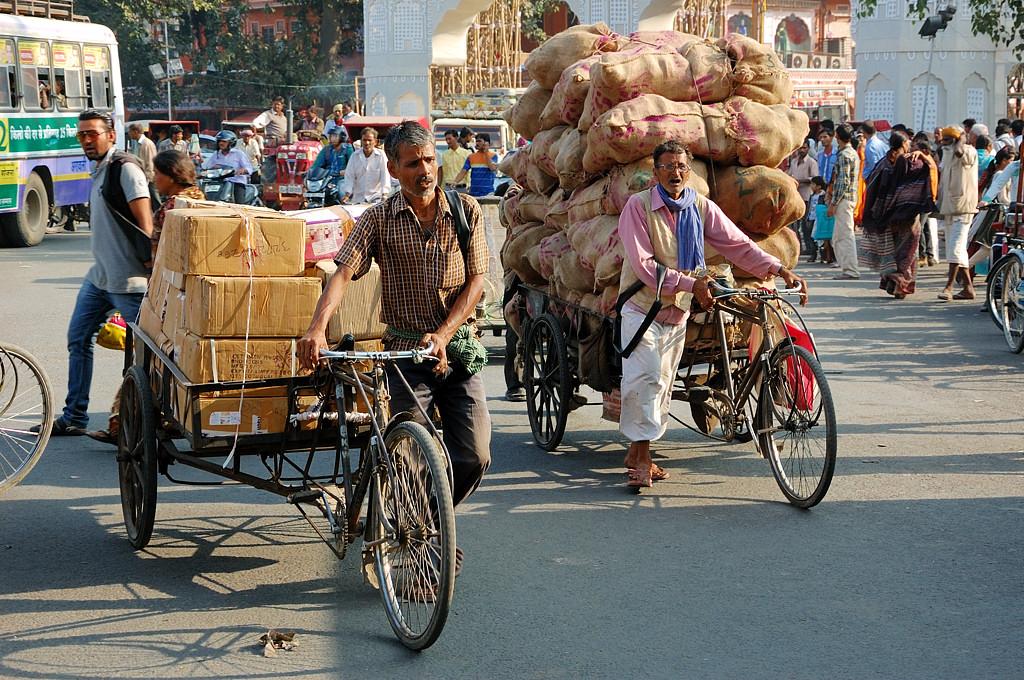 А индийцы тем временем везли тонны груза на велосипедах