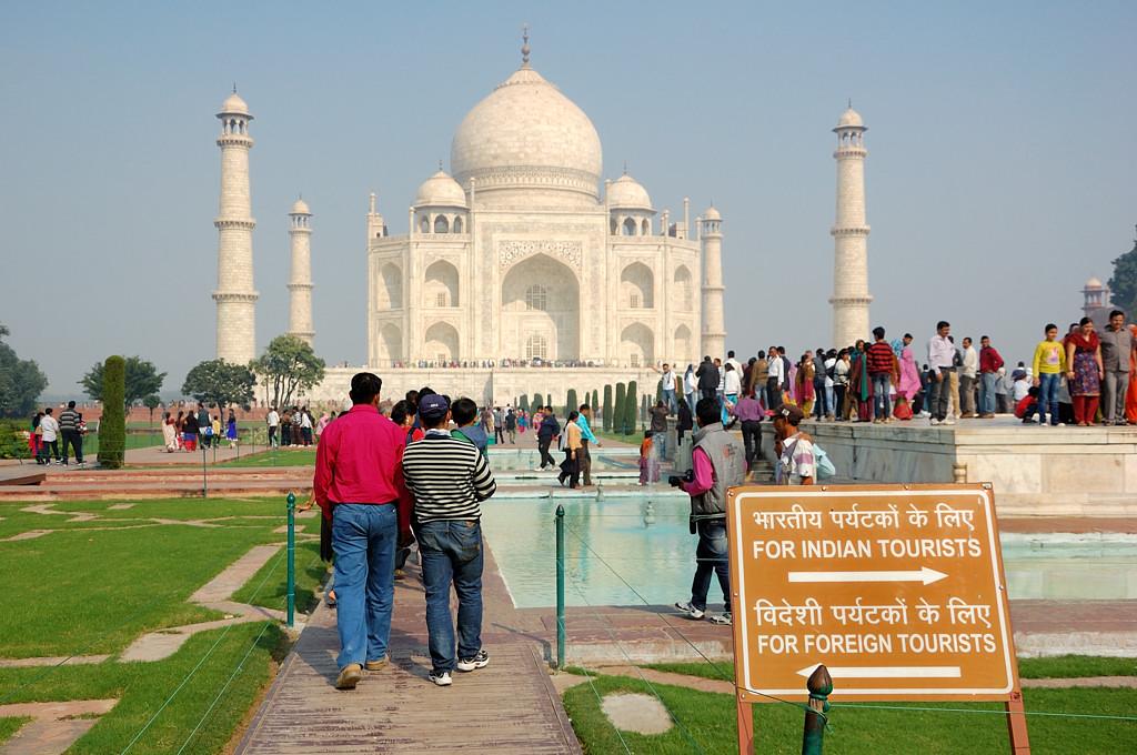 Пойдешь направо - индийским туристом станешь :)