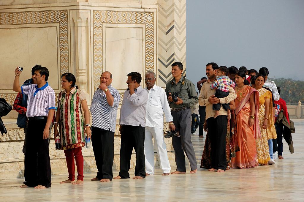 Индусы у входа в гробницу (белые люди проходят без очереди)