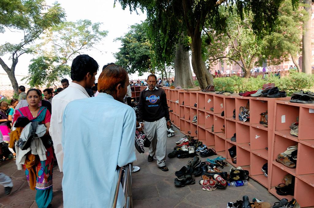 Здесь индусы оставляют обувь