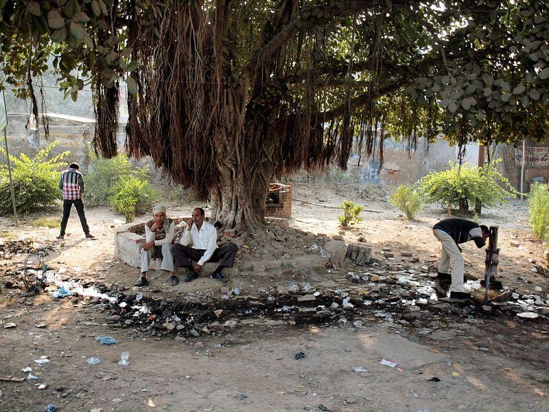 Индийский клуб :) Слева WC, справа умывальник