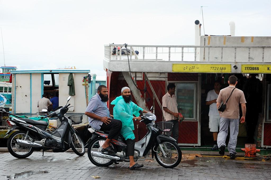 Ваххабиты на мотоцикле. На фоне лодка Мале - Маафуши