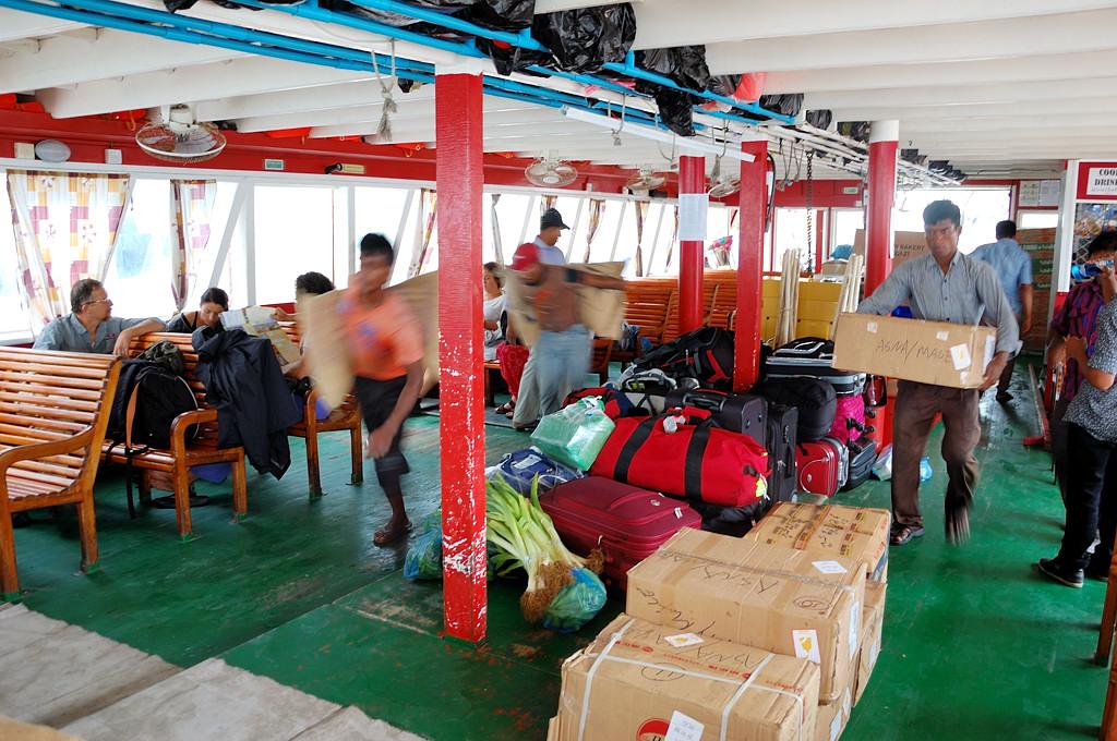 Погрузка мешков с рисом на лодку до Маафуши