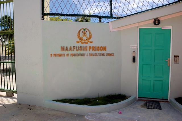 У входа в тюрьму