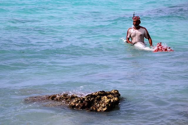 Местный рыбак ставит сеть