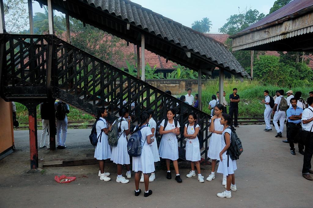 Школьницы на станции вблизи Коломбо