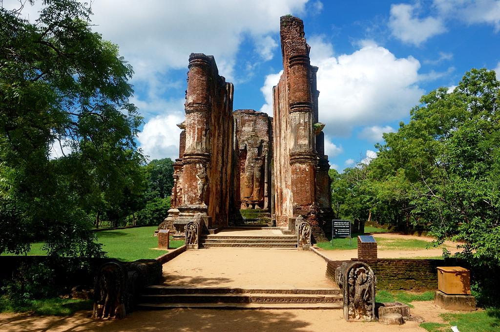 Развалины древней столицы в Поллонаруве. Спиной к Будде поворачиваться нельзя