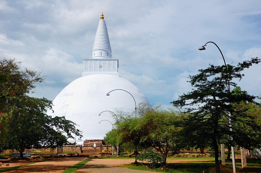 Визитная карточка Аннурадхапуры - невероятного размера белые дагобы