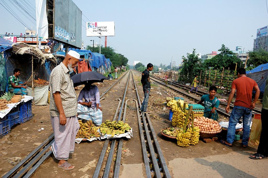 Бананами торгуют прямо на ж/д путях