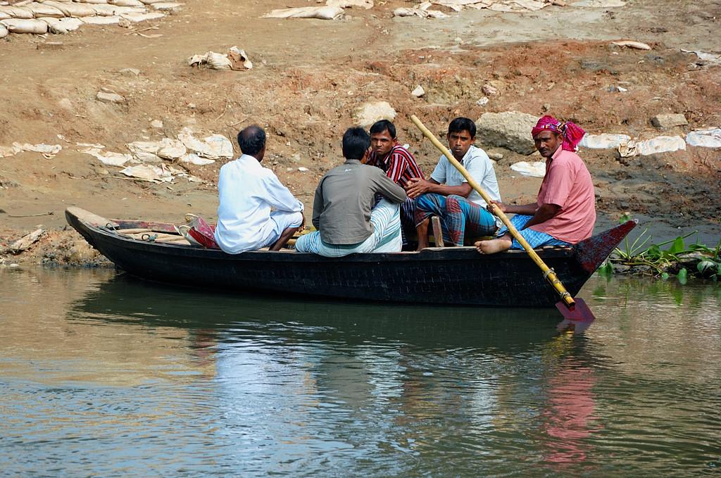 Местные жители на лодке