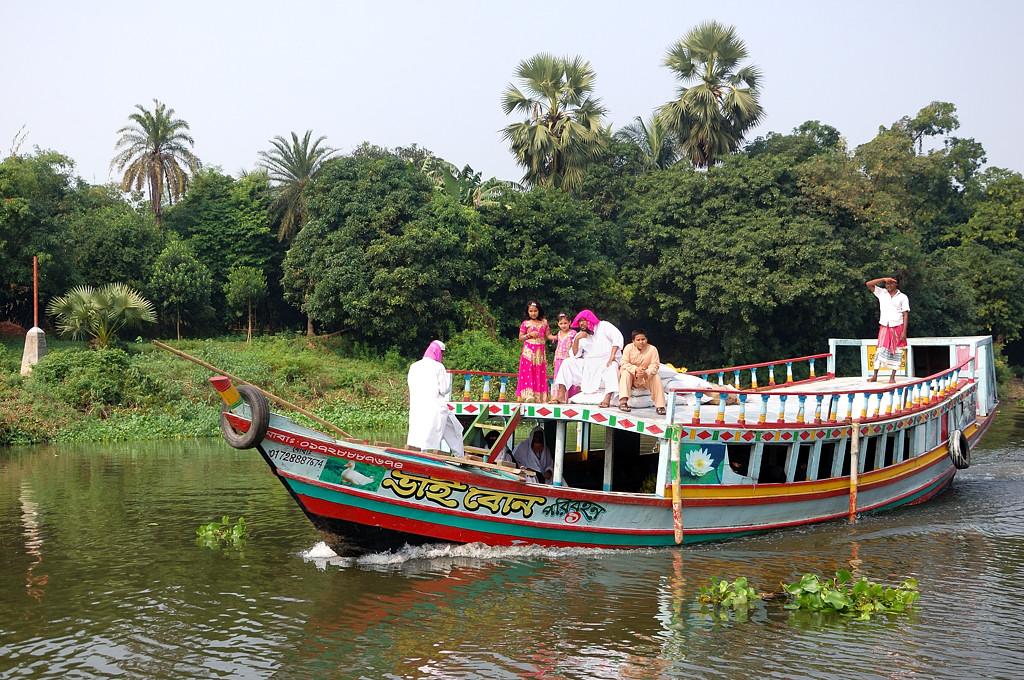 Шейх с семьей на речной прогулке
