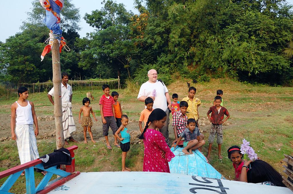 Бангладешские дети и Большой Белый Человек