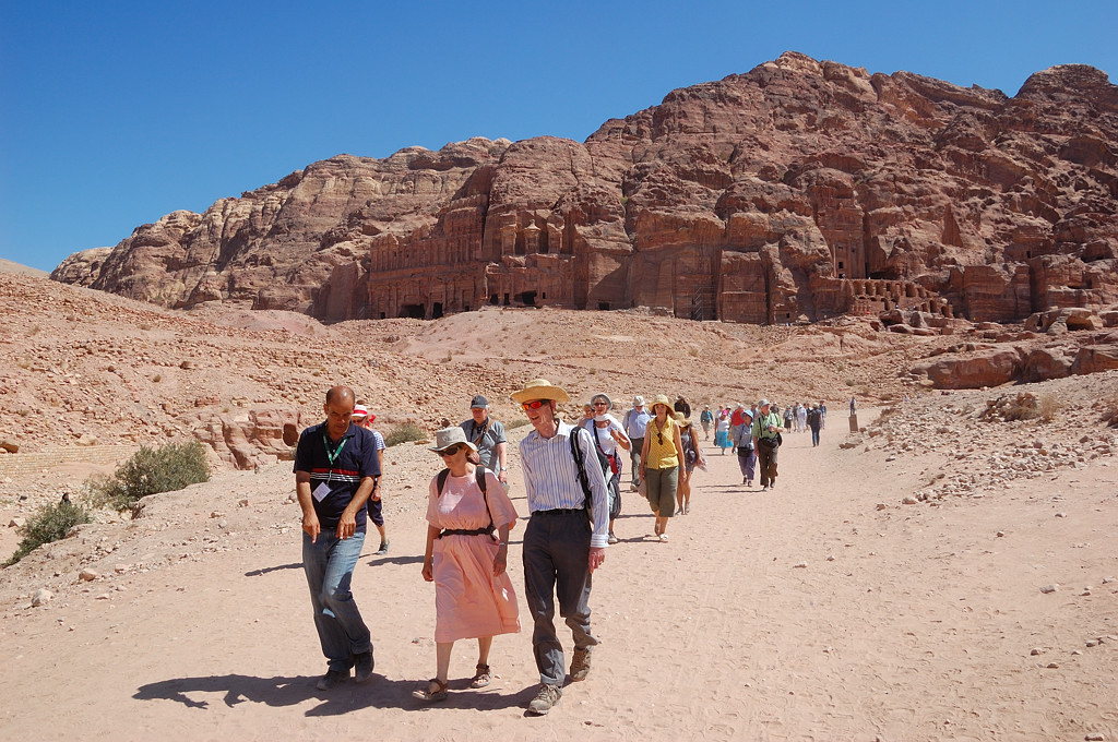 Туристы на фоне королевских гробниц