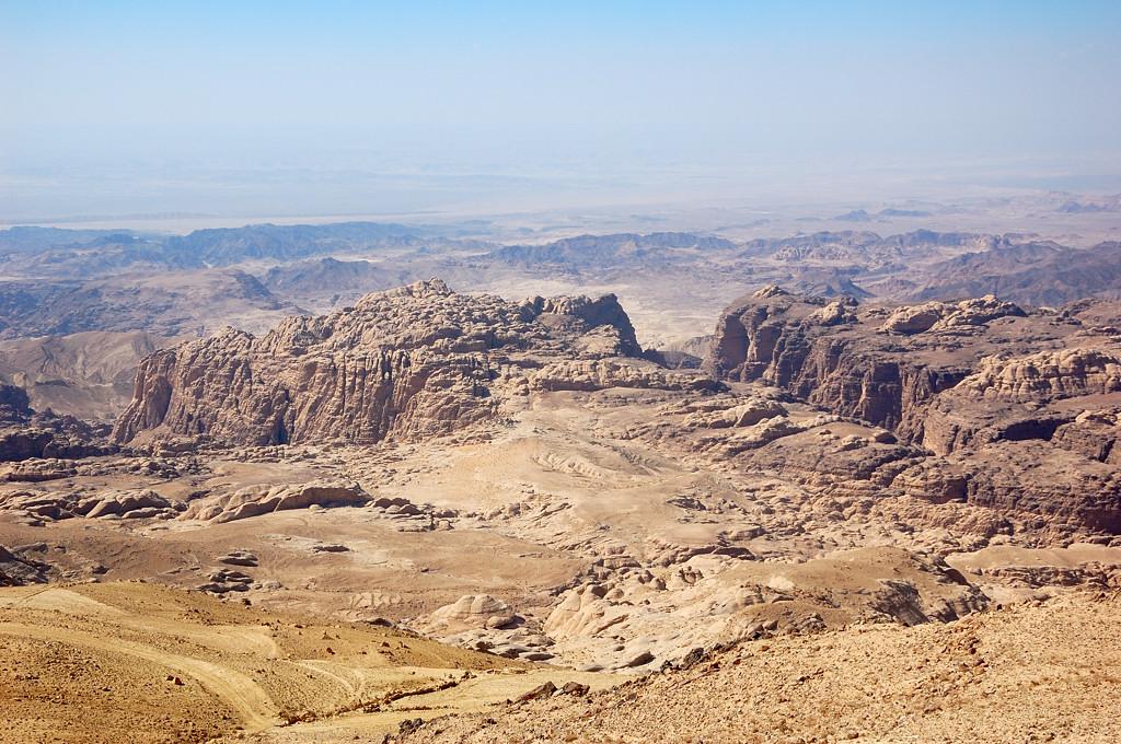 Вид сверху на горы. Там где-то вдалеке Израиль