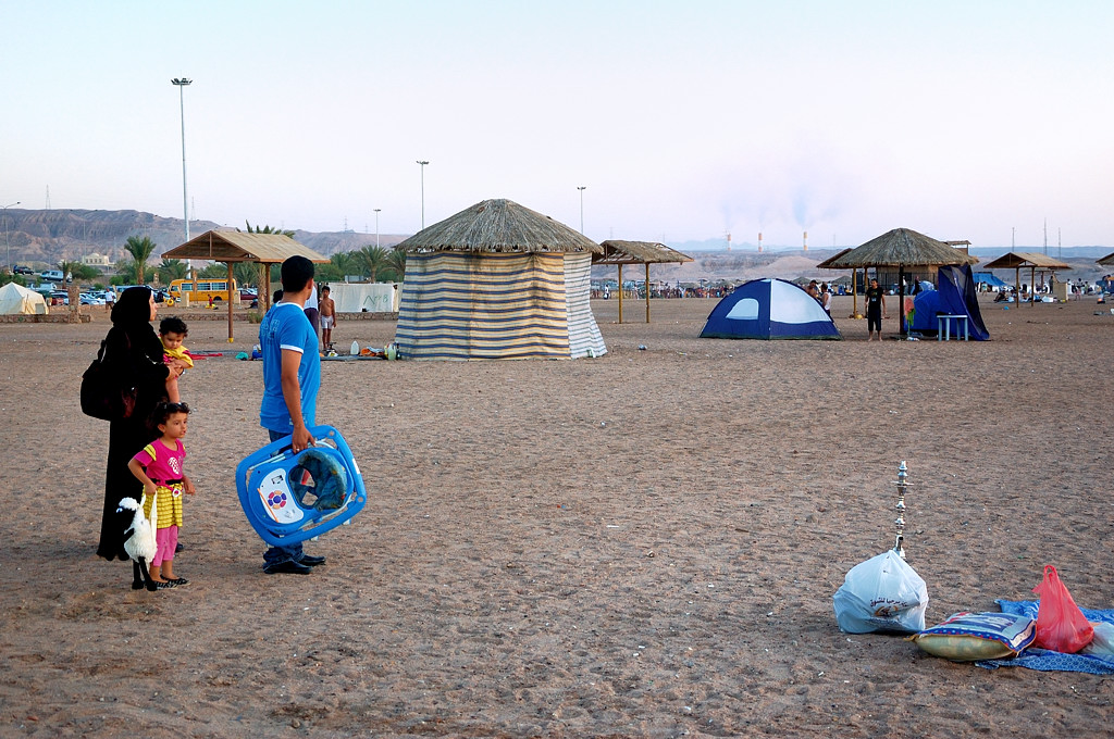 Еще одна арабская семья пришла на пляж