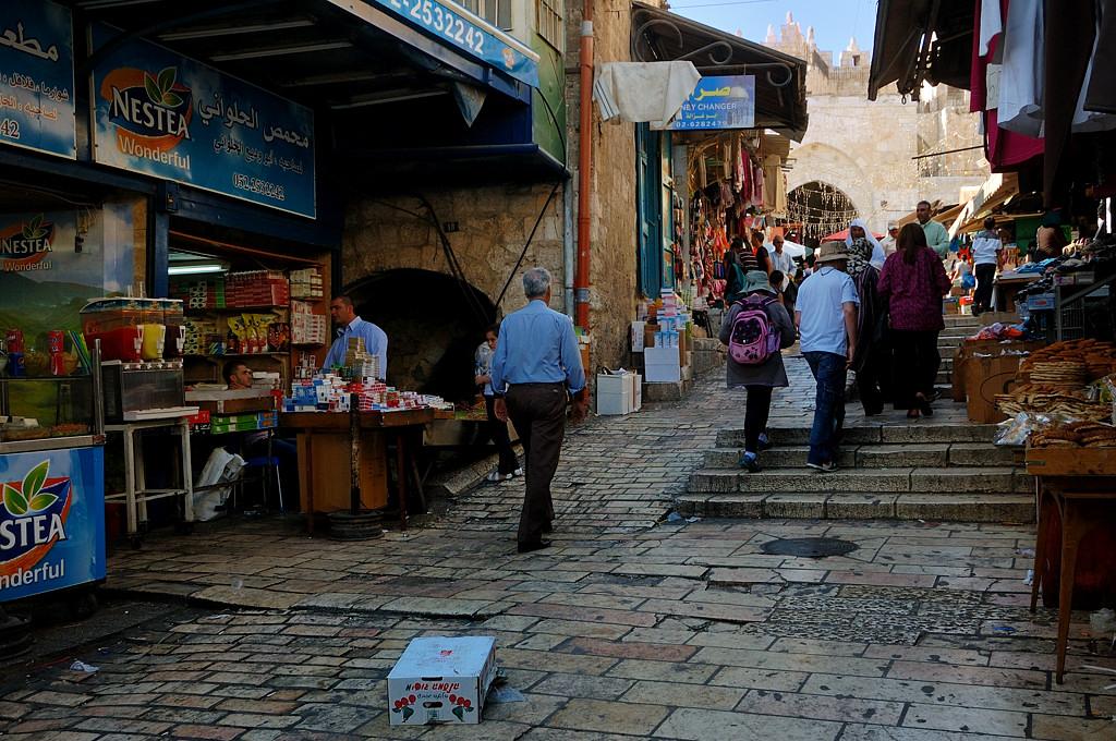 В старом городе кругом торгуют