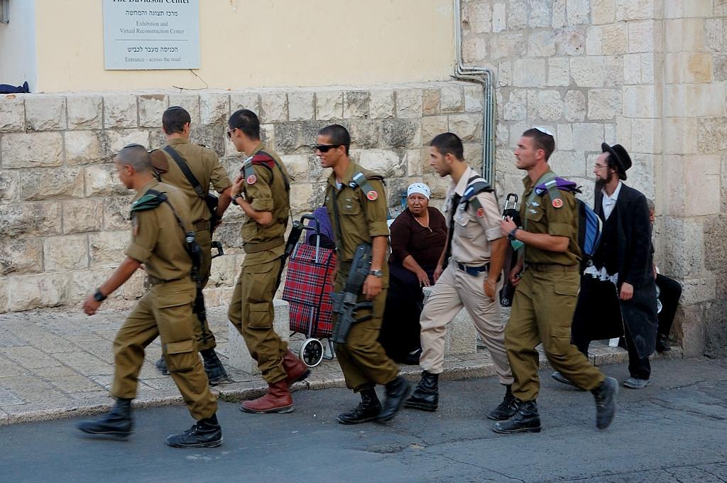 Израильские военные. Хасид сзади тоже хорош :)