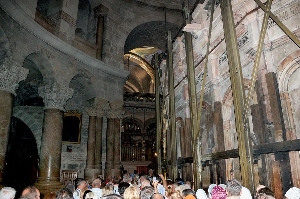 Во внутренний храм стоит очередь