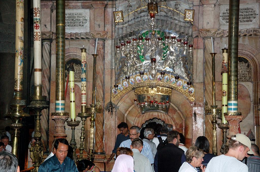 У входа во внутренний храм