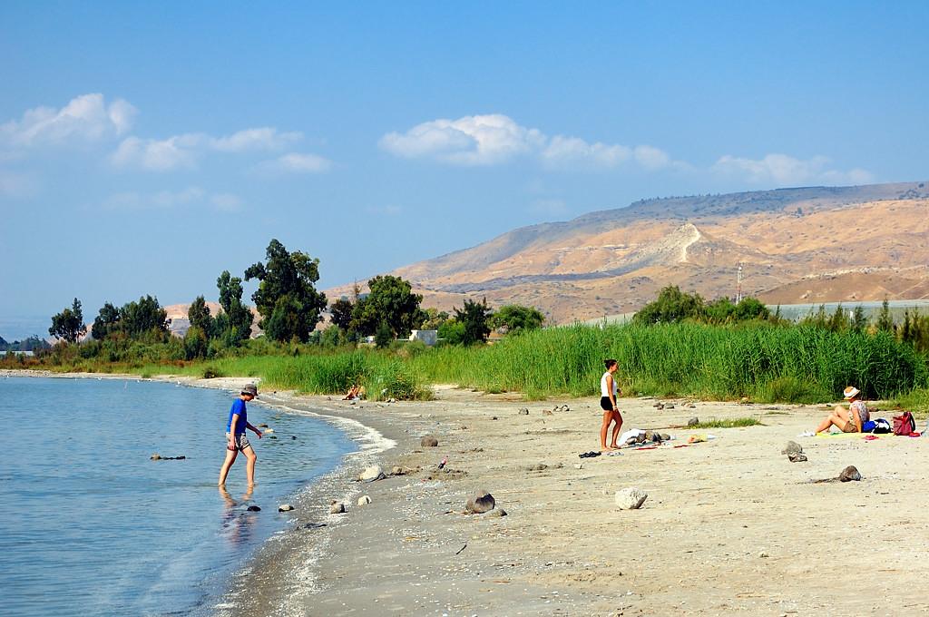 Пляж на берегу озера Кинерет. Справа видны Голанские высоты