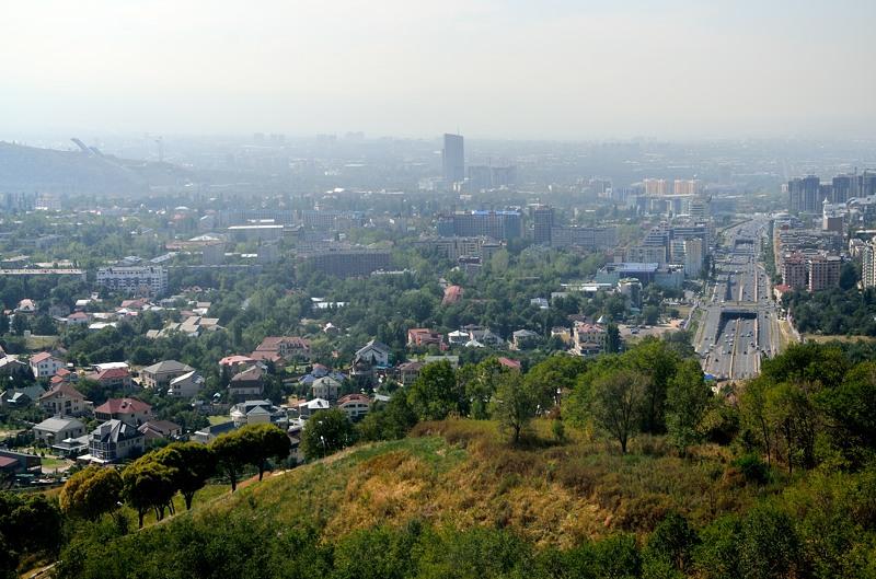 Город внизу лежит в дымке