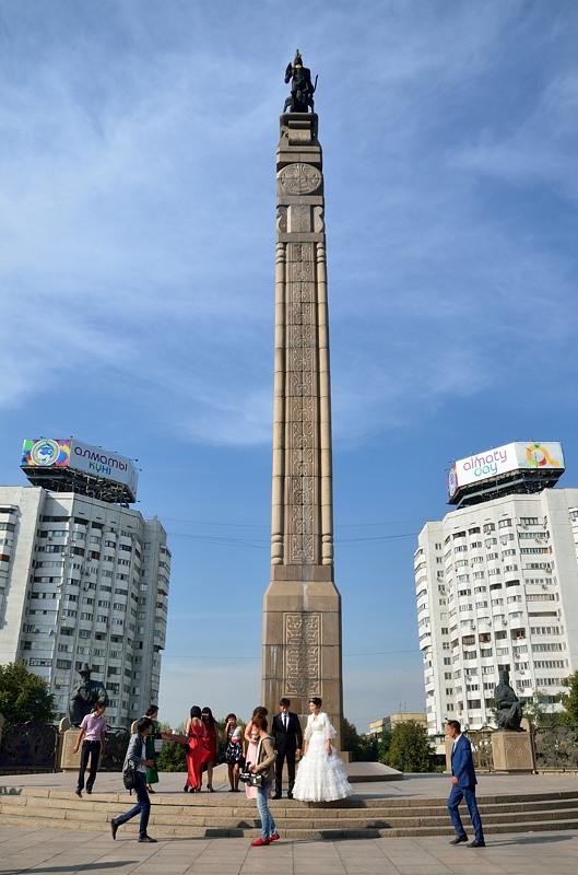 Памятник на площади Республики