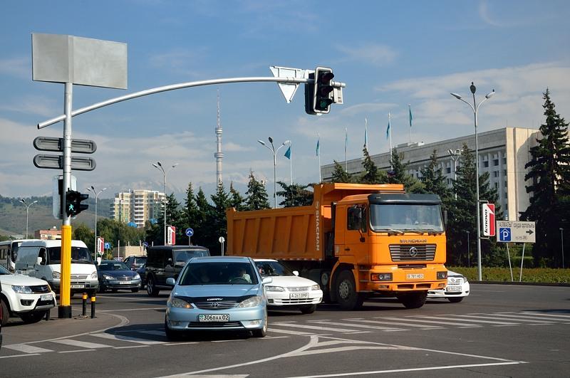 На перекрестке. Телебашня на фоне красиво смотрится. И оранжевый грузовик китайской марки SHACMAN. Таможенный союз не одобряет :)