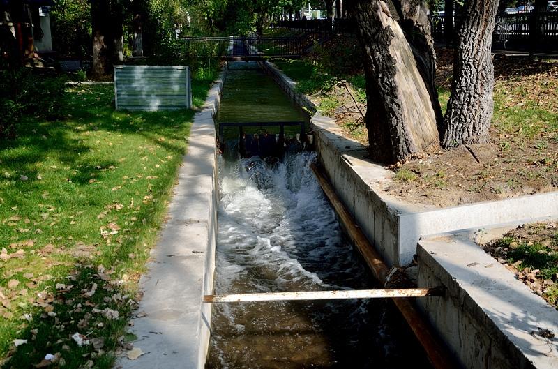Они перегорожены такими мини-плотинками, чтобы вода не утекала сразу вниз, а задерживалась и этим охлаждала город