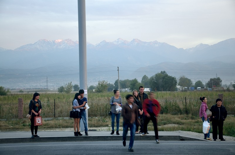 А это уже снято вечером из окна маршрутки. Объезжаем горы по дороге в Бишкек