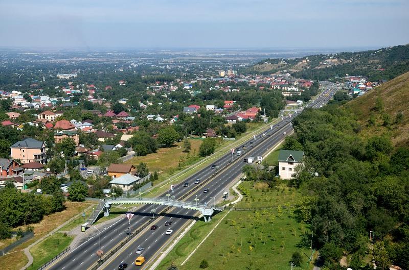 У подножия горы идет окружная магистраль