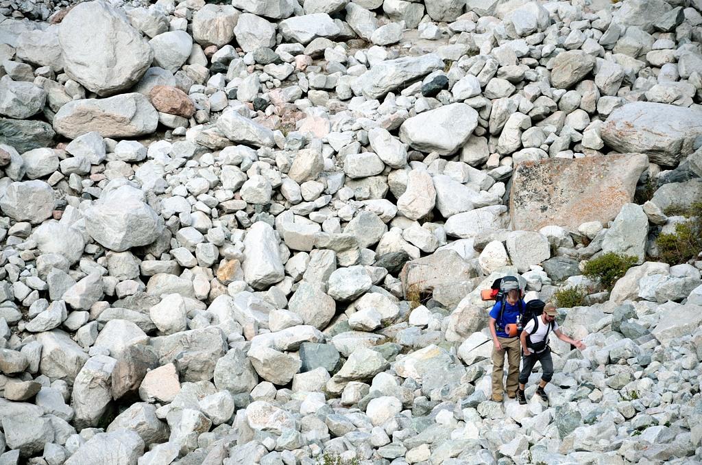 Туристы преодолевают камнепад